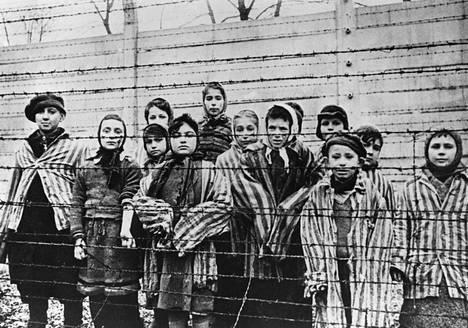 Auschwitzin eloonjääneitä tammikuussa 1945.