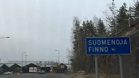 Suomenoja lukee vielä osassa pääväylien opasteissa. Opasteiden vaihto uusiin on käynnissä.