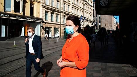 """Apulaisylilääkäri Eeva Ruotsalainen on huolestunut siitä, miten ihmiset ovat alkaneet lipsua maskien käytöstä. """"Etenkin perustason alueilla maskia käyttävät harvat"""", Ruotsalainen sanoo."""