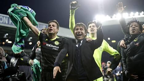 Chelsean manageri Antonio Conte juhli pelaajiensa kanssa mestaruutta.