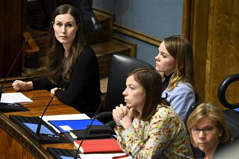 Pääministeri Sanna Marin (vas.), opetusministeri Li Andersson ja valtiovarainministeri Katri Kulmuni kuvattiin eduskunnan suullisella kyselytunnilla 12. maaliskuuta.