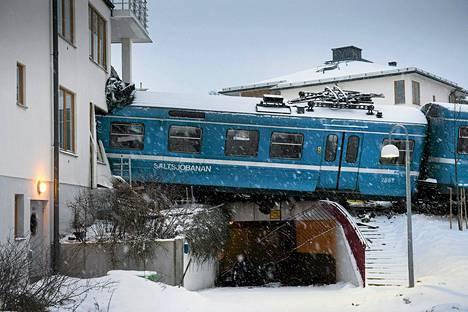 Paikallisjuna törmäsi talon seinään Tukholman lähellä Ruotsissa maanantaina.