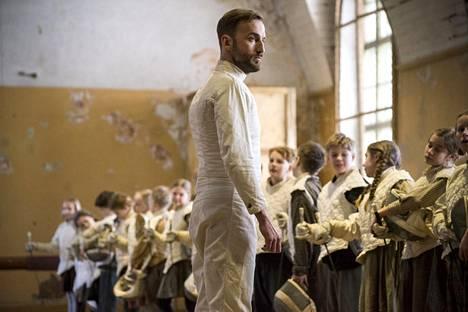 Märt Avandi esittää miekkailunopettajaa Klaus Härön Miekkailija-elokuvassa.