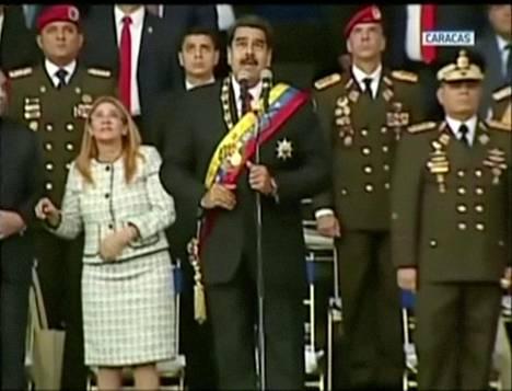 Venezuelan presidentti Nicolás Maduro puhui sotilasseremoniassa, kun räjähteillä lastatut kauko-ohjattavat lennokit lensivät häntä kohti.
