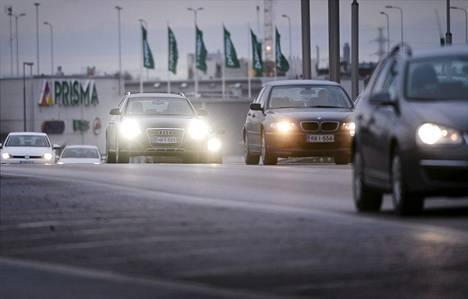 Liikennettä Lahdenväylällä Helsingissä joulukuussa. Plussakelit aiheuttavat ongelmia tieverkolle kahdella tavalla. Kun lumi ja jää eivät suojaa ajorataa, nastarenkaat hakkaavat tienpinnan pahoille urille.