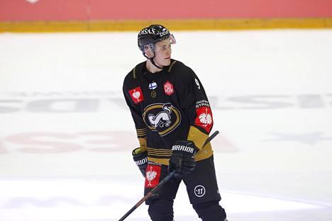 Jesse Puljujärvi jäällä Kärppien Mestarien liigan ottelussa perjantaina.