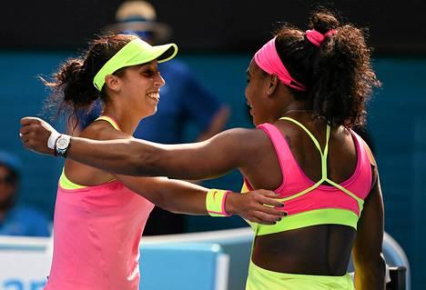 Serena Williams (oik.) ja Madison Keys halasivat ottelun jälkeen.