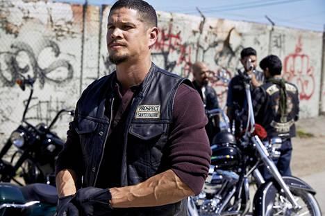 JD Pardo (edessä) Ezekiel 'EZ' Reyesin roolissa Mayans MC -sarjassa.