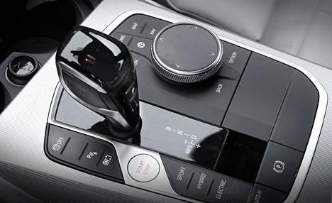 BMW:n keskinäyttöä voi käyttää vaihdekepin vieressä olevasta pyörästä.