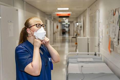 Sairaanhoitaja Sara Jounila puki ylleen suojavarusteita Oulun yliopistollisen sairaalan infektio-osastolla maaliskuun lopulla.