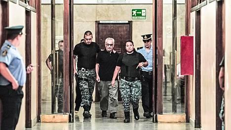 Seksuaalinen hyväksikäyttö voi jatkua vuosikausia, kun siihen syyllistyneitä pappeja ei panna viralta. Isä Nicola Corradi vangittiin Argentiinassa vuonna 2016 kuurojen koulun lasten hyväksikäytöstä. Sitä ennen hän syyllistyi samantyyppisiin rikoksiin Italiassa, mutta kirkko peitteli tapahtunutta.