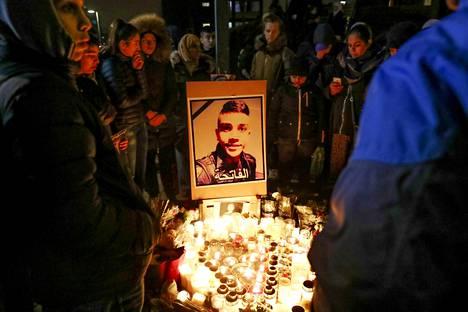 Sadat ihmiset kokoontuivat kunnioittamaan ammutun Ahmed Obaidin muistoa perjantai-iltana Rosengårdissa Malmössä.