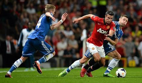 Manchester Unitedin hyökkääjä Robin van Persie (kesk.), Chelsean puolustaja Gary Cahill (oik.)ja Chelsean hyökkääjä Andre Schurrle (vas.)taistelivat pallosta maanantain ottelussa Manchesterissa.