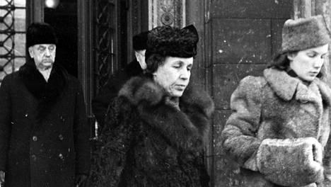 Sotasyyllisyysoikeudenkäynti 18.2.1946. Presidentin rouva Gerda Ryti tyttärineen poistuu Säätytalosta. Takana oikeuden puheenjohtaja, korkeimman oikeuden presidentti Oskar Möller.