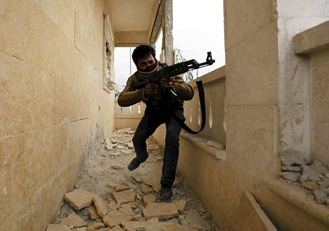 Kapinallistaistelija kuvattuna Aleppossa viime viikon perjantaina.
