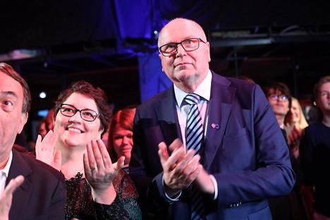 Eero Heinäluoma puolisonsa Ayla Shakirin kanssa Sdp:n eurovaalivalvojaisissa.