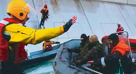 Venäjän rannikkovartiosto pysäytti Greenpeacen aktivistit, kun he yrittivät nousta Prirazlomnajan öljylautalle 18. syyskuuta. Päivää myöhemmin aktivistien Arctic Sunrise -alus otettiin miehistöineen kiinni.