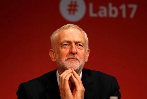 Britannian työväenpuolueen johtaja Jeremy Corbyn kuunteli puhetta labourin puoluekokouksessa Brightonissa maanantaina. Corbynin asema labourin johdossa vahvistui kertaheitolla kesäkuun alussa, kun puolue menestyi parlamenttivaaleissa odotettua paremmin.