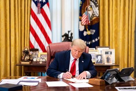 Presidentti Donald Trump allekirjoitti Oval Office -työhuoneessaan armahduksia 22. joulukuuta.