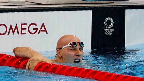 Matti Mattsson tähysti tulostaululle aikaansa 200 metrin rintauinnin alkuerissä. Hyvin meni. Mattsson oli erin kolmanneksi paras.