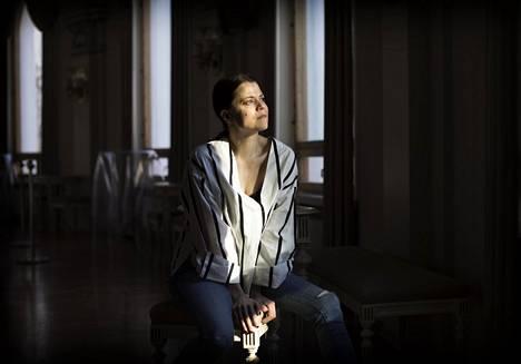 Näyttelijä ja laulaja Emma Klingenberg esittää Tove Janssonin lauluja konsertissaan Svenska Teaternissa.