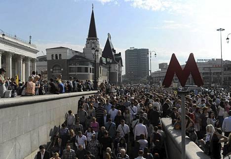 Matkustajat poistuivat Moskovan metrosta yhden metrolinjan sulkeuduttua tulipalon vuoksi keskiviikkona.