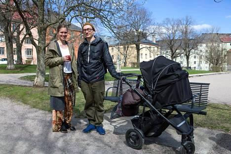 Tuomas ja Saara Norvio olivat viime viikolla Torkkelinmäellä ulkoilemassa lapsensa kanssa. Pari on suunnitellut kodin vaihtamista vuokra-asunnosta omistusasuntoon.