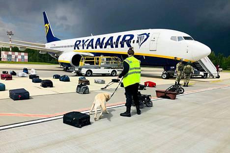 Ryanairin koneen matkustajien matkatavaroita tutkittiin Minskin lentokentällä sunnuntaina sen jälkeen, kun Valko-Venäjän viranomaiset olivat pakottaneet koneen laskeutumaan Minskiin.