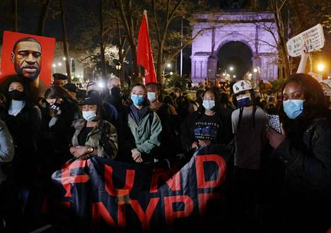 Mielenosoittajat marssivat tuomion antamisen jälkeen New Yorkissa.