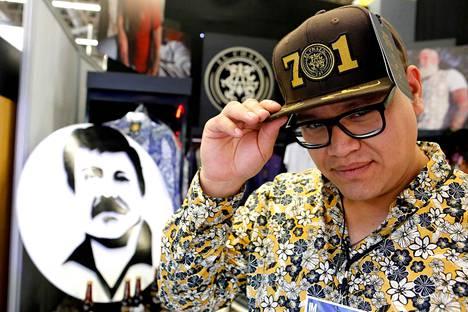 Mies poseerasi muotitapahtumasta Guadalajarassa tammikuussa päässään El Chapo 701 -malliston lakki.