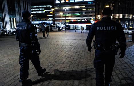 Poliisin mukaan katuväkivalta on vähentynyt mutta kotiväkivalta lisääntynyt sen jälkeen, kun koronavirus levisi Suomeen.