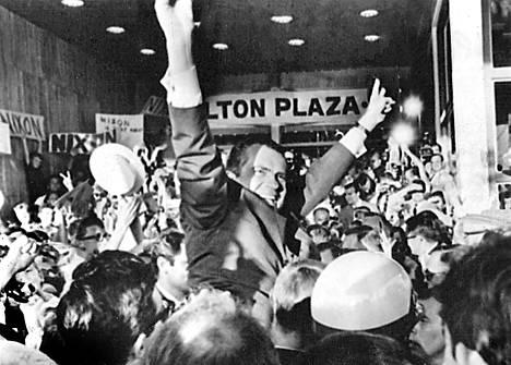 Richard Nixon on varma voitostaan ja niin tuntuvat olevan hänen kannattajansakin ehdokkaan majapaikassa Hilton Plaza -hotellissa.
