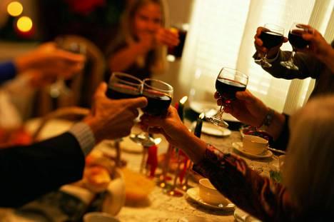 Ravintolassa syödessä tartuntavaarassa on viruksen kantajan oma pöytäseurue. Seuraavissa pöydissä riskin arvioidaan olevan pieni.