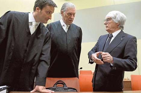 Bernie Ecclestone (oik.) keskusteli perjantaina lakimiestensä Norbert Scharfin ja Sven Thomasin kanssa Münchenissä. Ecclestone on syytettynä lahjonnasta.
