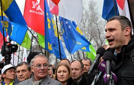 Ukrainalainen poliitikko ja entinen nyrkkeilijä Vitali Klytško puhui mielenosoituksessa huhtikuussa.
