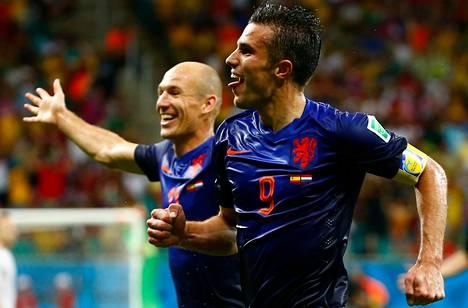 Hollannin Robin van Persie teki kaksi maalia Espanjan verkkoon Salvadorissa pelatussa MM-ottelussa. Takana juhlii Arjen Robben, joka teki kaksi osumaa.