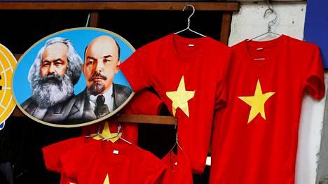 Karl Marx (vas.) ja Vladimir Lenin ovat edelleen kovassa kurssissa kommunistimaissa. Kuva on vietnamilaisesta kauppakojusta.