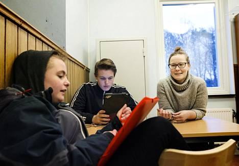 Fanny Goude, 15, (vas.) ja Simon Svensson, 14,  odottelivat läksyaputunnin alkua Skogstorpsskolanin koululla Eskilstunassa. Suomalaisella Jutta Turusella oli takana toinen työpäivä uudessa työpaikassa.