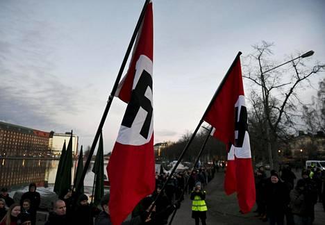 Uusnatsien marssi oli lähdössä liikkeelle hakaristilippujen kanssa Helsingin Kaisaniemestä torstaina iltapäivällä.