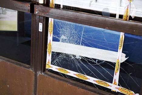 Israelin suurlähetystön ikkuna rikottiin viikonloppuna.