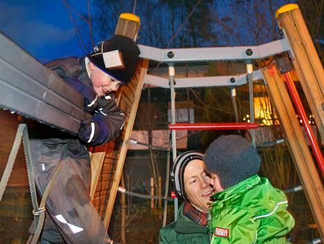 Otto Helve leikki kahden vanhemman poikansa kanssa puistossa Laajalahden kirjaston vieressä. Isän sylissä istuu Rurik, 3, ja tempputelinessä roikkuu Joonatan, 5.