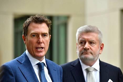 Australian viestintä- ja kulttuuriministeri Mitch Fifield (vas.) kommentoi uutta lakia tiedotustilaisuudessa Canberrassa.