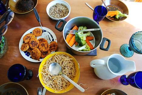 Yhä useampi on innostunut kokkaamaan vegaanista ruokaa, vaikka liha kuuluisikin ruokavalioon.