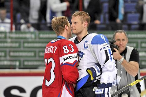 Ales Hemsky lohdutti pettynyttä Mikko Koivua pronssipelin jälkeen.
