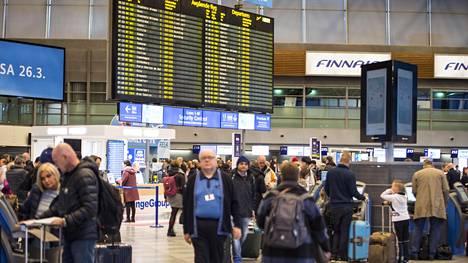 Matkustajia Helsinki-Vantaan lentoaseman lähtöaulassa keskiviikkoaamuna.
