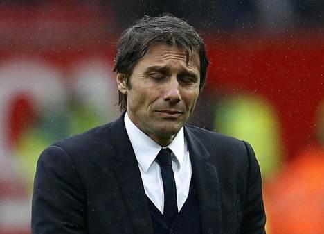 Chelsean manageri Antonio Conte näyttää sateessa murheelliselta hänen valmentamansa Chelsean hävittyä Manchester Unitedille valioliigan jalkapallo-ottelussa sunnuntaina.