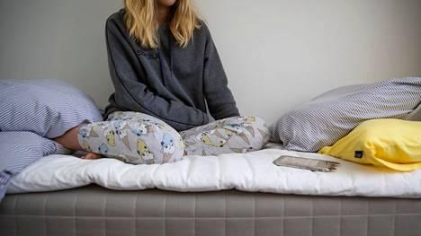Teinillä voi olla tarve lillua ajatuksissaan ja tunteissaan vaikka tuntikausia joka päivä, lastenpsykiatri kertoo.
