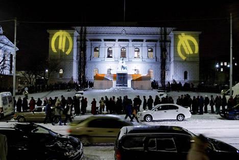Suomen Pankin edustalla juotiin glögiä ja jonotettiin euroja purevassa pakkasessa vuodenvaihteessa 2001–2002.
