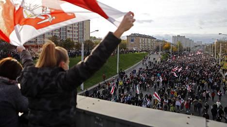 Ihmiset osoittivat mieltään vilpillisenä pidettyjen presidentinvaalien tulosta vastaan Minskissä sunnuntaina.