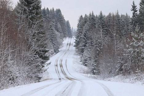 Lumipeitteinen tie Siilinjärven Ylä-Siikajärvellä perjantaiaamuna.